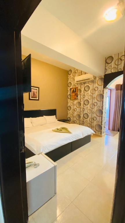 Budget Double Room - Bedroom Al Multaqa Hotel