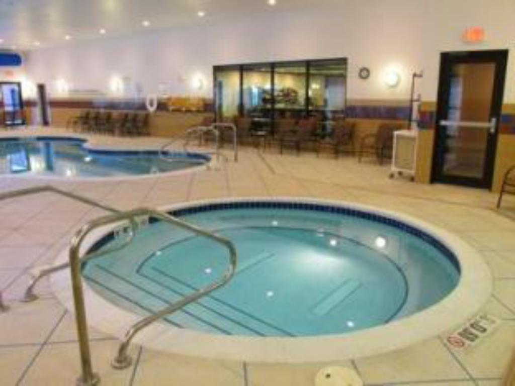 Schwimmbad Holiday Inn Express and Suites Wheeling