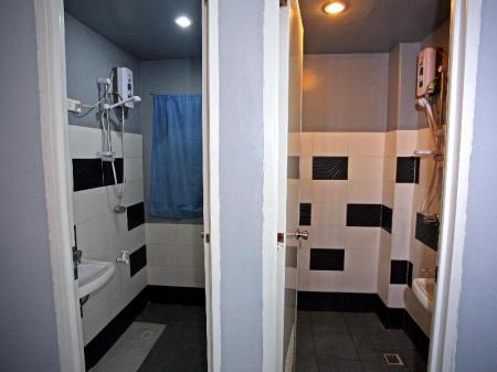 Bathroom Chill Out Guesthouse Manila