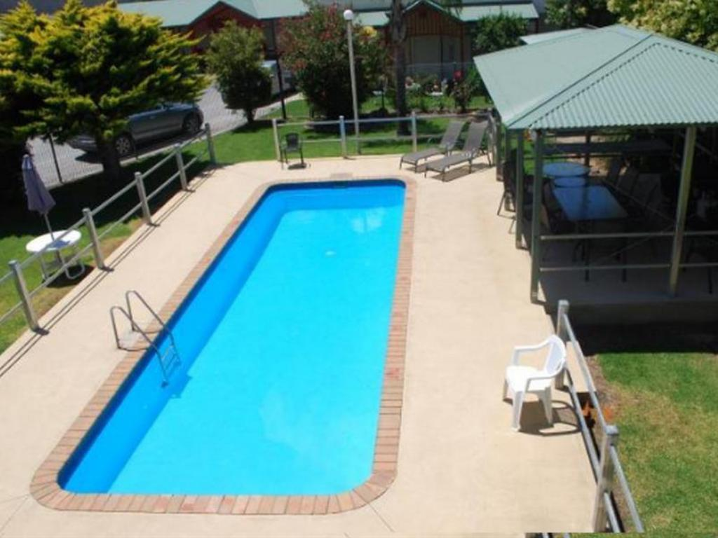 Swimming pool [outdoor] Hume Inn Motel