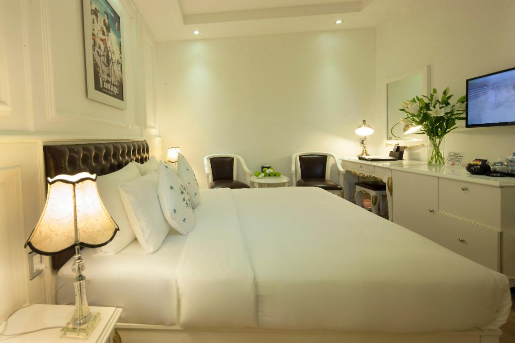 Deluxe Double Room without Window - Rooftop Sauna and Jacuzzi Access Included - Bedroom Alagon Saigon Hotel & Spa