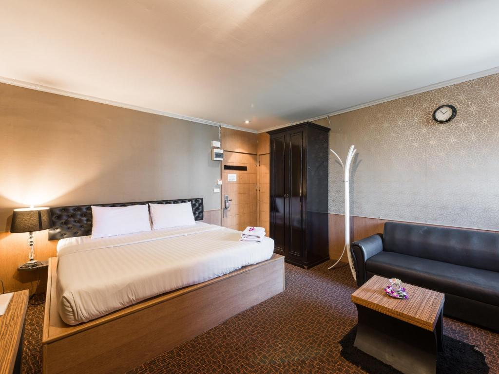 Superior Double Bed - Bedroom Q Hotel