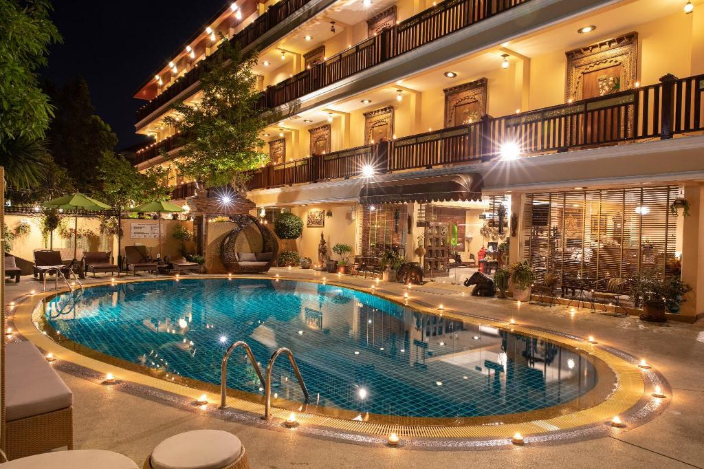 chiang mai hotels near night market
