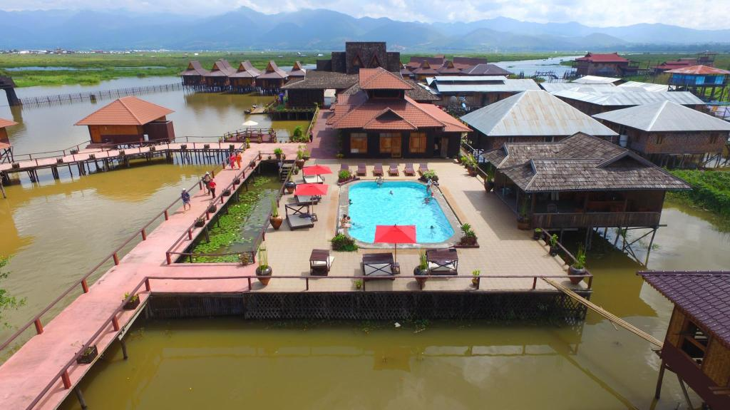 piscina al aire libre Shwe Inn Tha Floating Resort