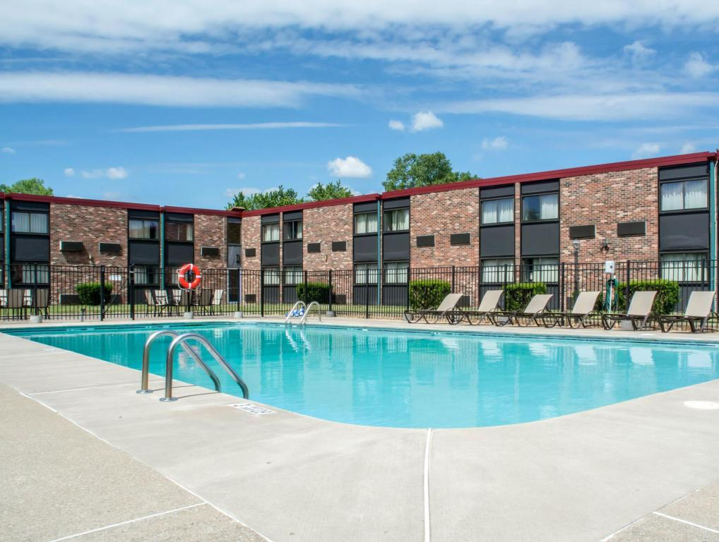piscina al aire libre Quality Inn Rochester Airport