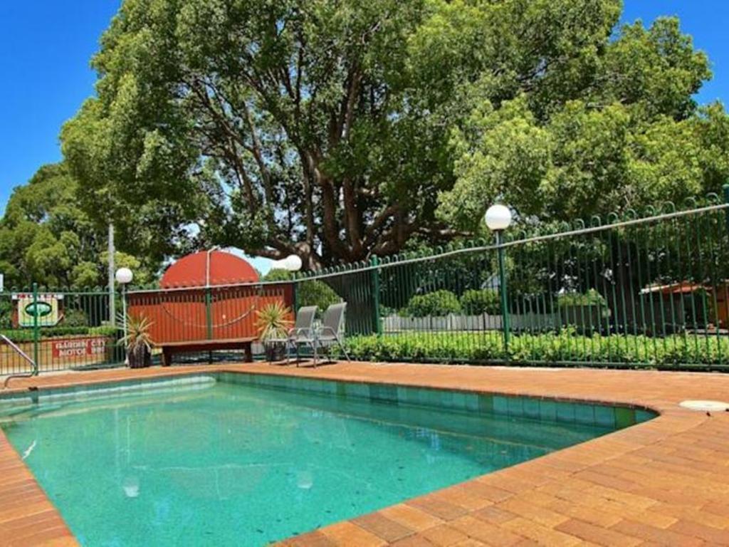 Best price on garden city motor inn in toowoomba reviews for Garden city swimming pool