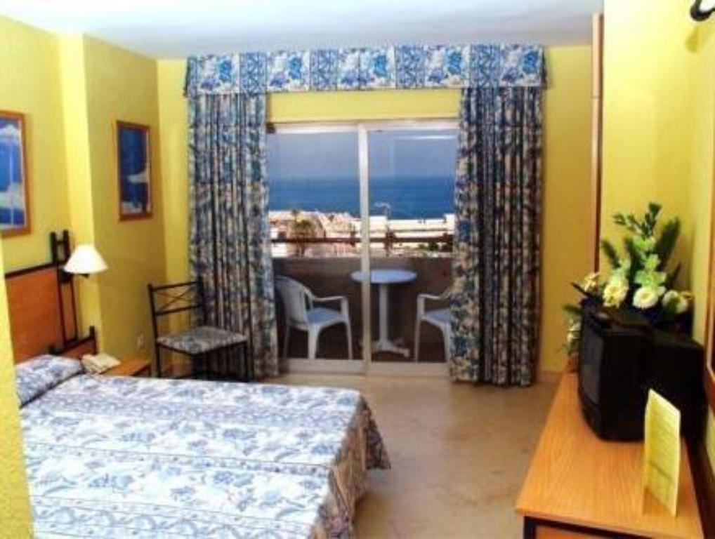 Twin Room with Extra Bed (2 Adults + 1 Child) - Guestroom Hotel El Puerto by Pierre Vacances