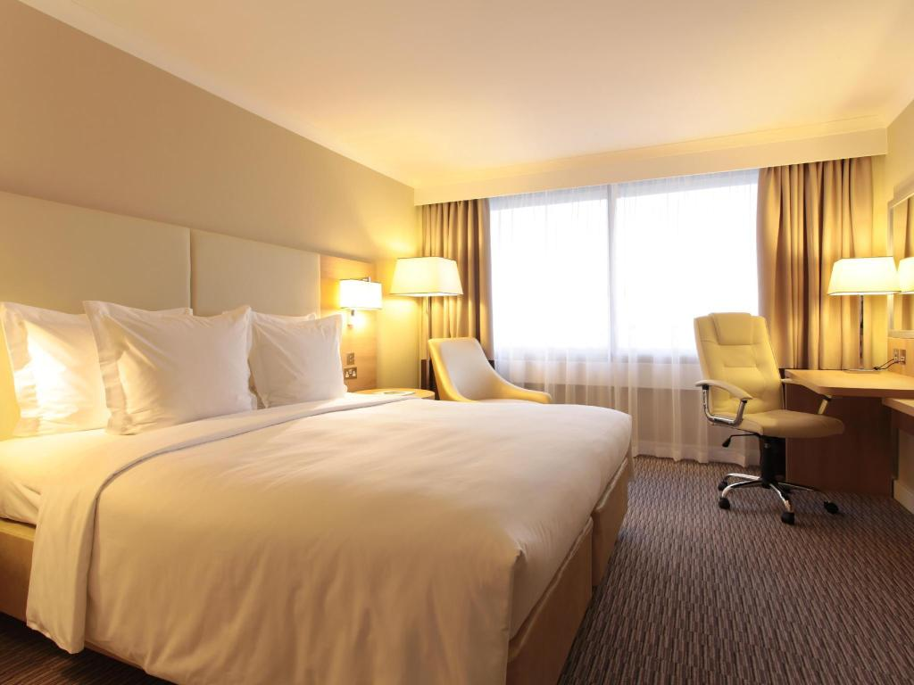 Standard Room, Guest room, 1 Queen or 2 Twin/Single Bed(s) - Легло Renaissance London Heathrow Hotel