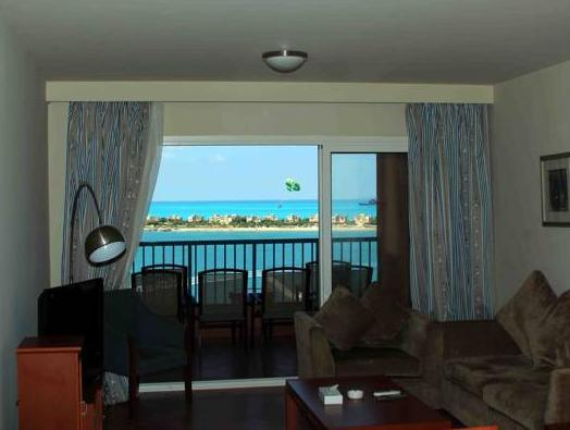 Apartamento de 2 dormitorios con vistas al mar (Two-Bedroom Rental Apartment with Sea View)