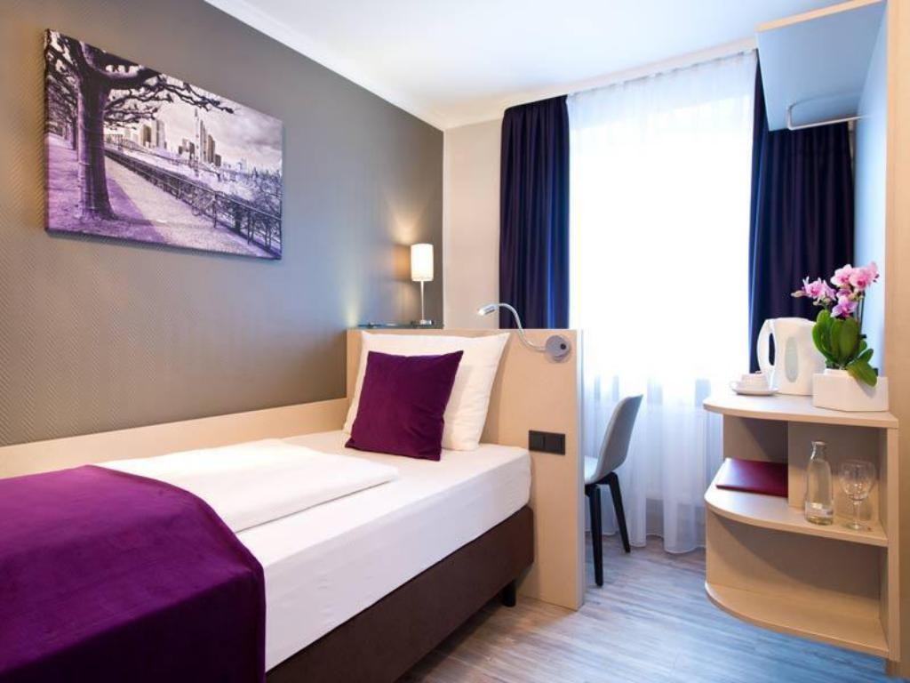 Budget single - Bedroom Leonardo Hotel Frankfurt City Center