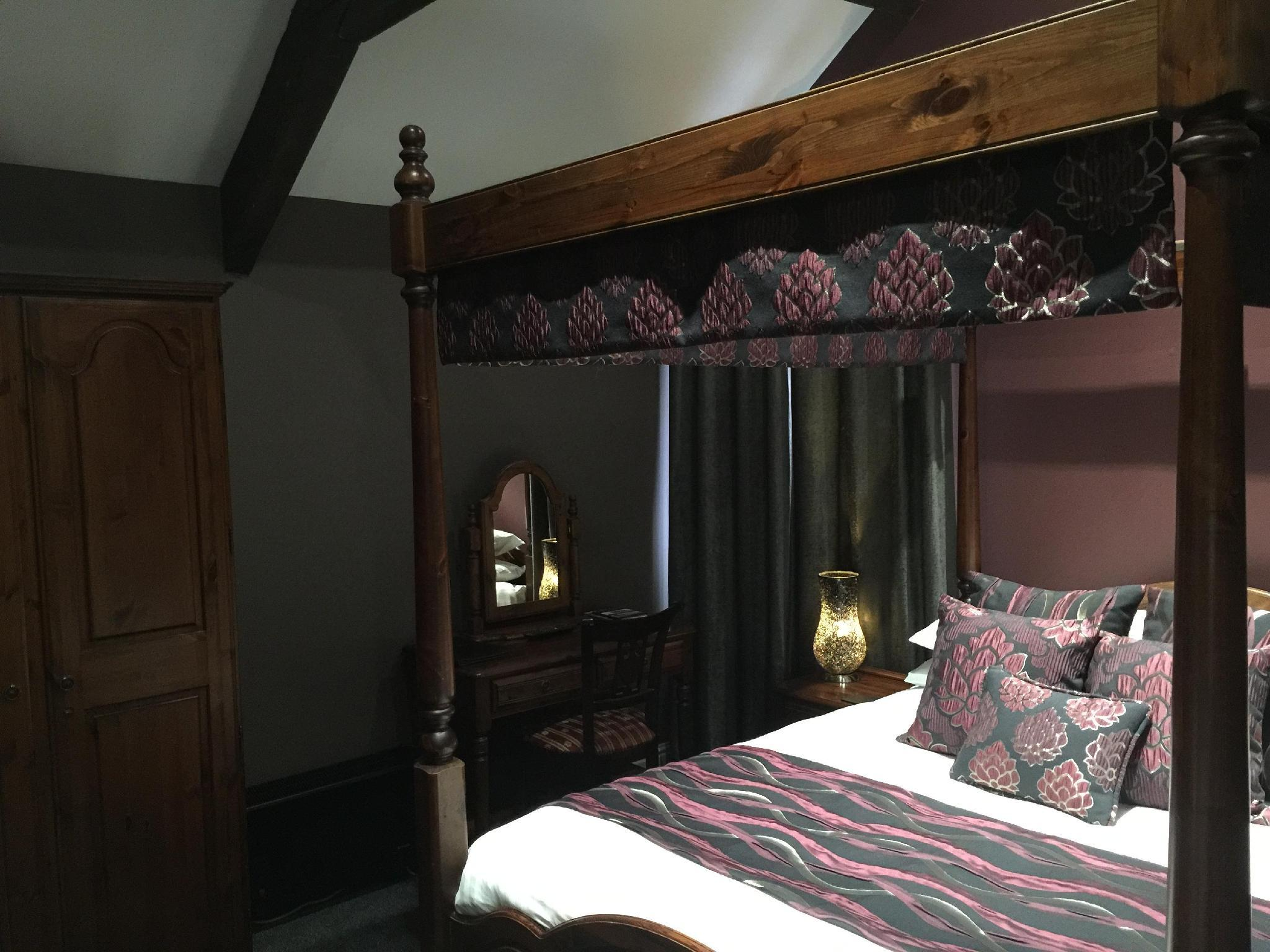Szoba baldachinos ággyal (Four Poster Bed Room)