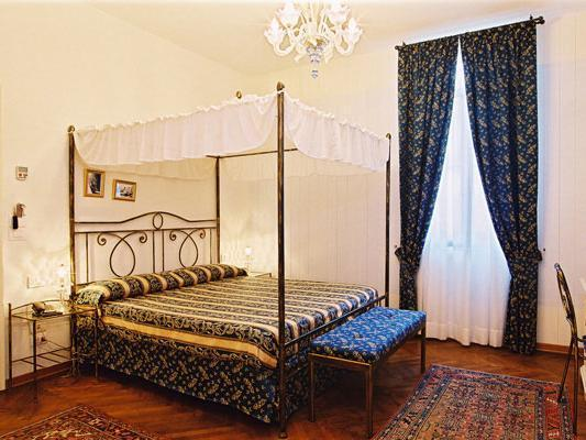 Двойна стая с легло с балдахин (Double Room with Four Poster Bed)
