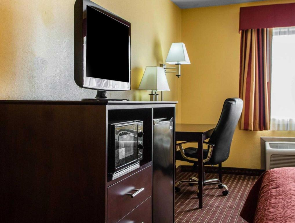 1 King Bed Nonsmoking - Interior view Quality Inn Central Wisconsin Airport Mosinee