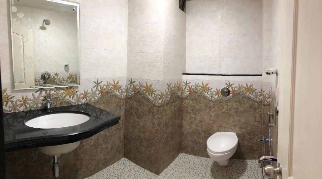 Guest Bathroom Ideas With Pleasant Atmosphere: Veronica Guest House, Goa, India