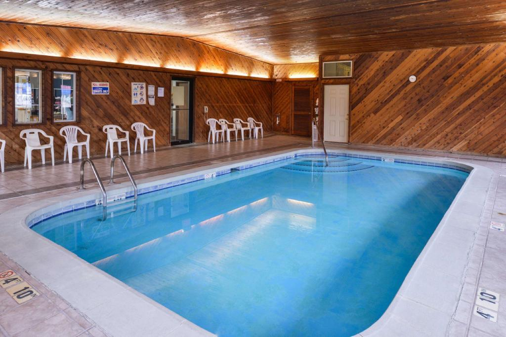 Swimming pool Americas Best Value Inn - Geneseo, IL