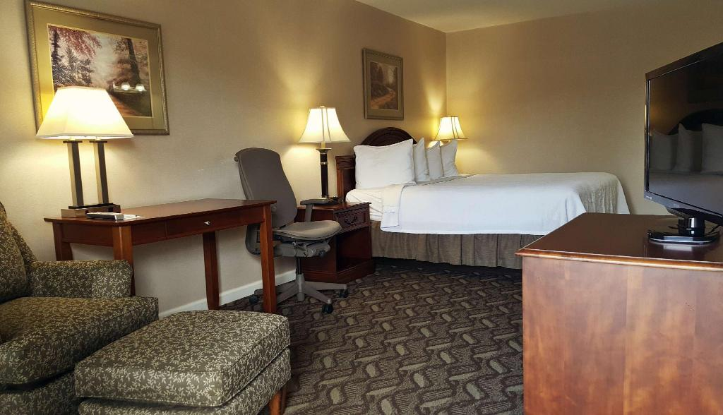 1 King Bed Accessible - Guestroom Best Western Suites