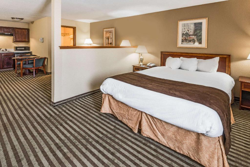 1 Queen Bed Business Room Non-Smoking - Guestroom Baymont by Wyndham Branford/New Haven