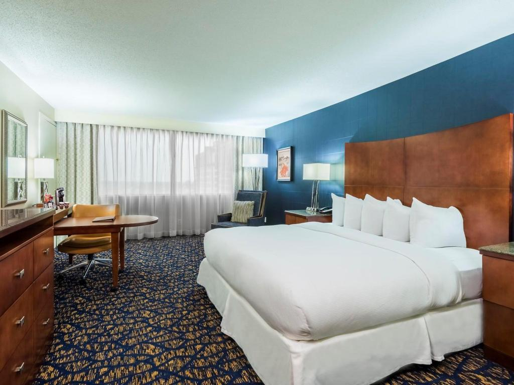 1 King Bed 2 Room Parlor Suite Doubletree By Hilton Downtown Nashville Hotel