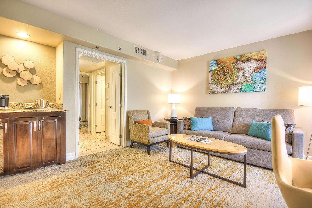 1 King Agave Suite Mobility/Hearing Accessible Tub - Guestroom Pointe Hilton Squaw Peak Resort
