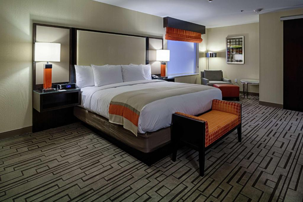 1 King 1 Bedroom Suite Non-Smoking - Guestroom DoubleTree by Hilton Hotel Bristol, Connecticut
