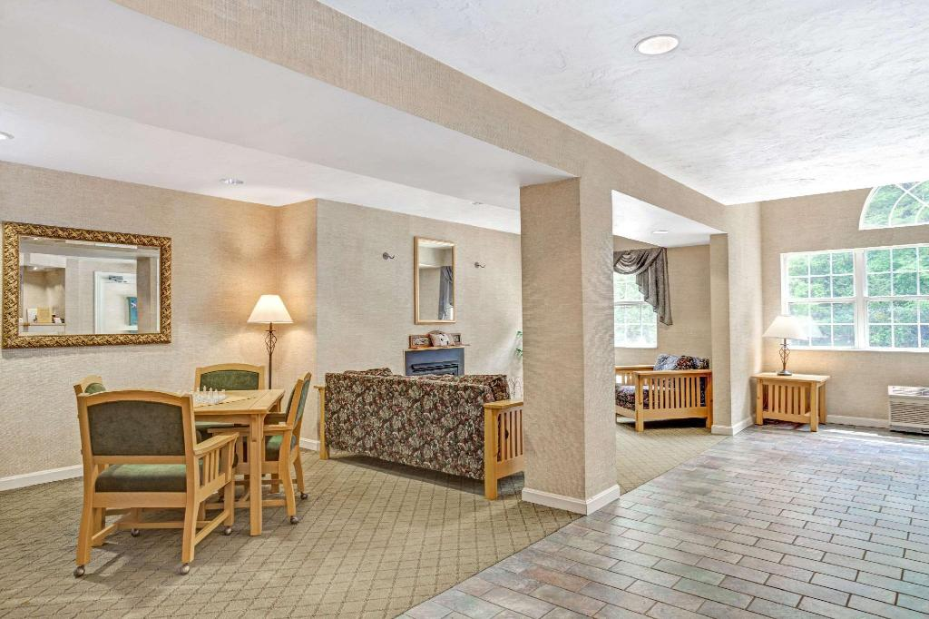 Lobby Days Inn by Wyndham Sturbridge