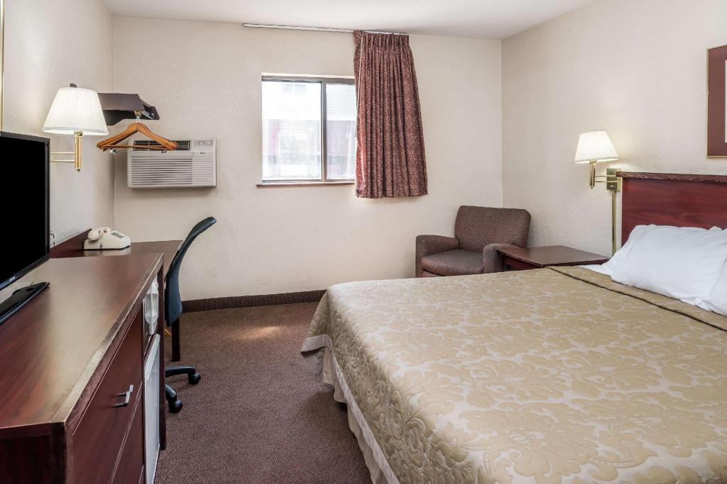 1 King Bed Non-Smoking - Guestroom Super 8 By Wyndham Spokane Valley