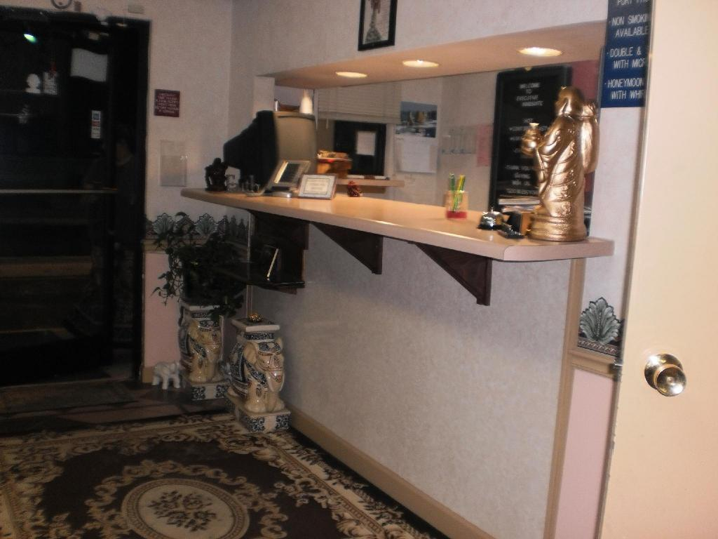 Lobby Executive Inn and Suites Covington