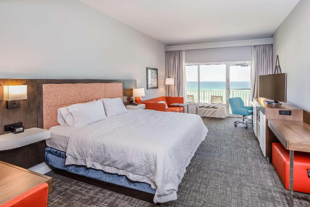 1 King Gulf View Balcony Non-Smoking - Guestroom Hampton Inn Pensacola Beach Hotel