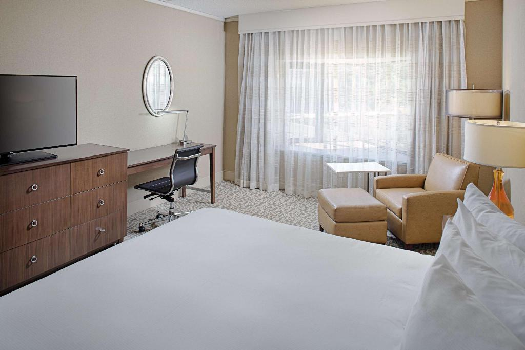 1 King Accessible with Bathtub - Guestroom Hilton Boston Dedham Hotel