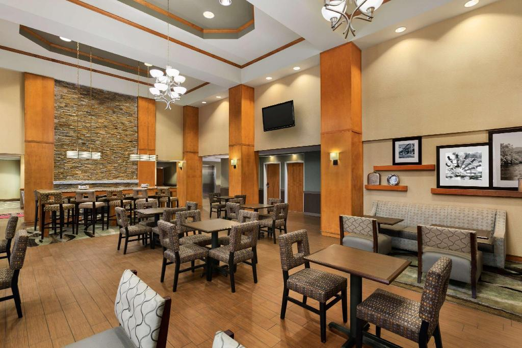 Lobby Hampton Inn and Suites Manchester Bedford
