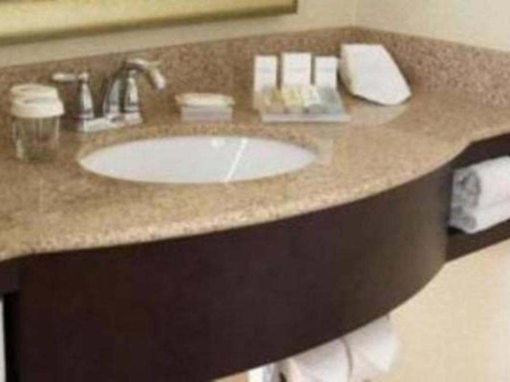double bathroom hilton garden inn cleveland airport - Hilton Garden Inn Cleveland Airport