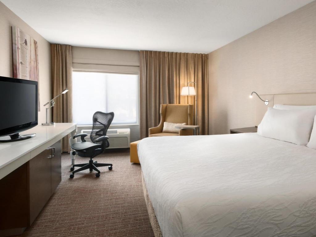 1 king bed guestroom hilton garden inn flagstaff - Hilton Garden Inn Flagstaff