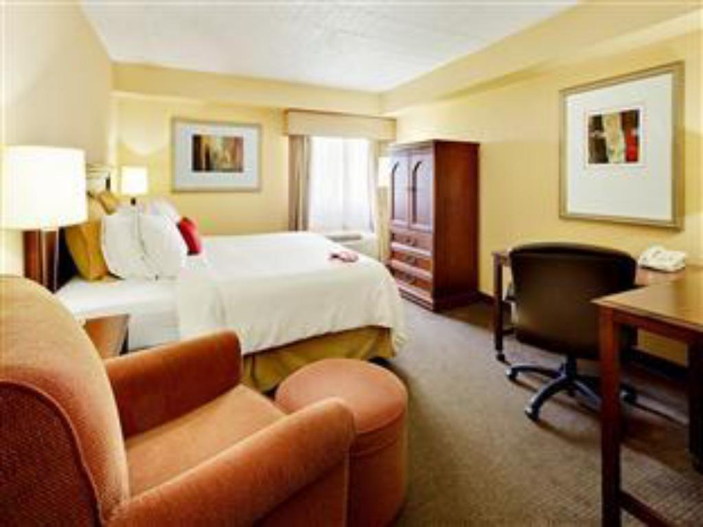 Standard King Bed Crowne Plaza At Paramus Park Hotel