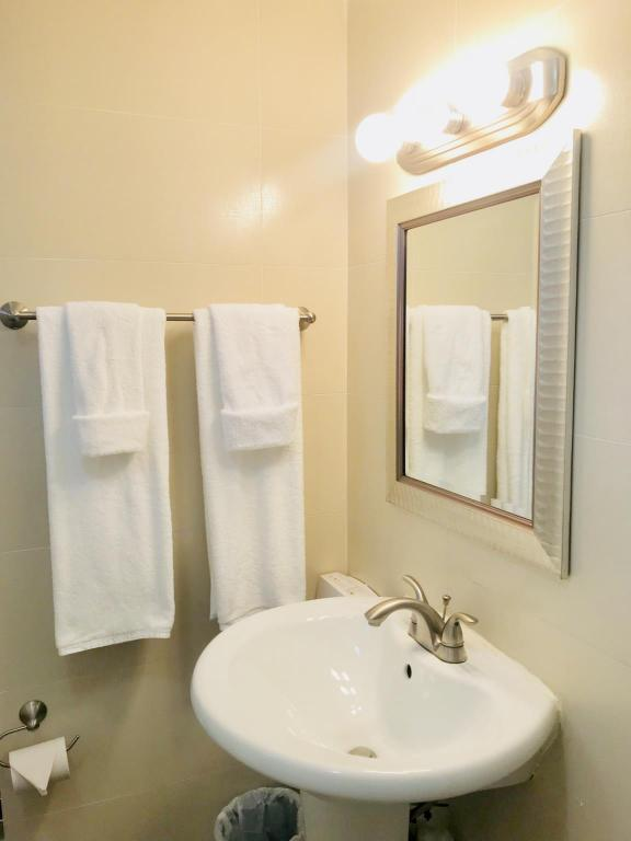 Bathroom Unit 105 Beach Front OCEAN VILLA  Studio