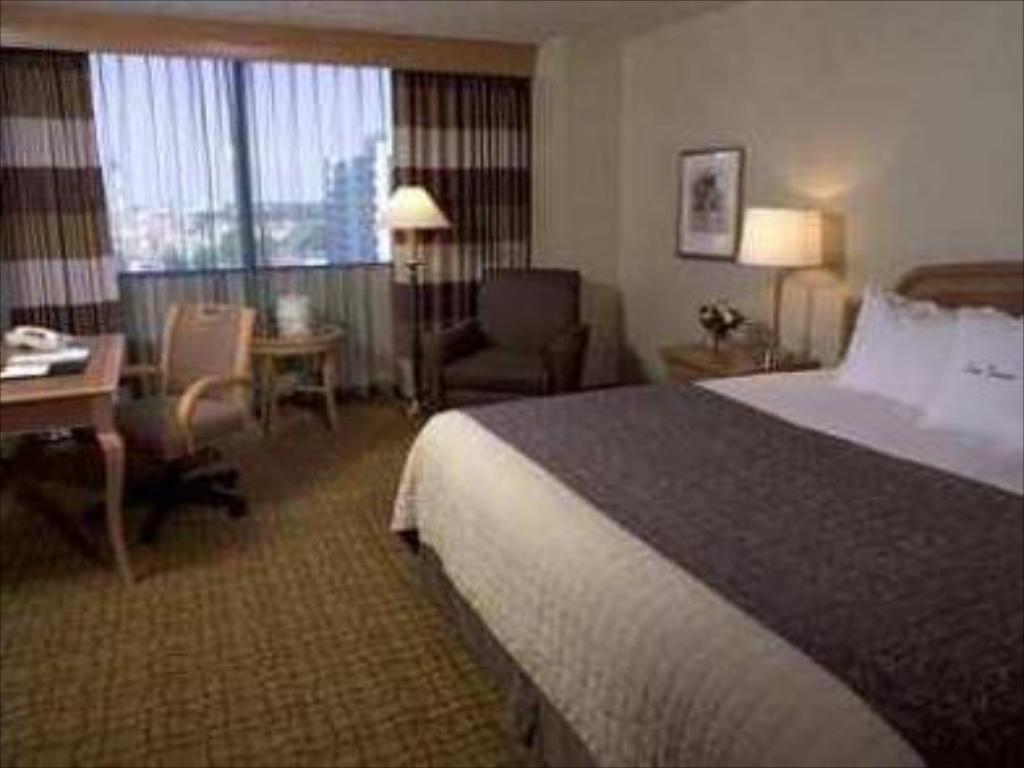 King Room - Guestroom Doubletree Tulsa Downtown Hotel