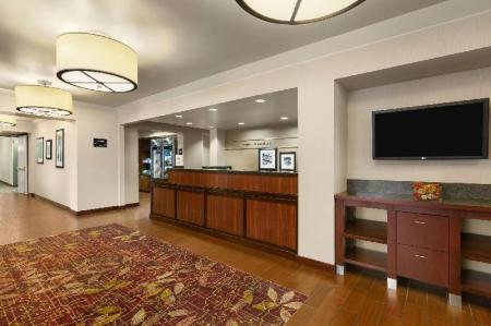 לובי Hampton Inn Portland Airport