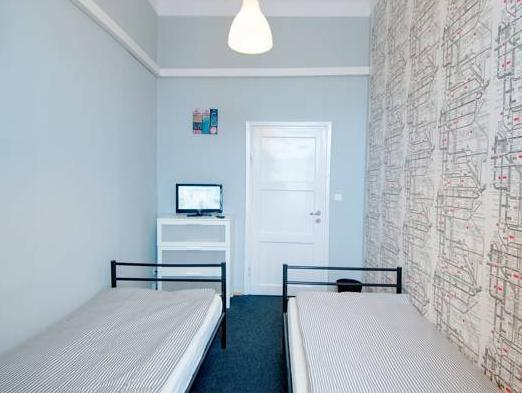 Twinkamer (2 aparte bedden) met gedeelde badkamer (Twin Room with Shared Bathroom)