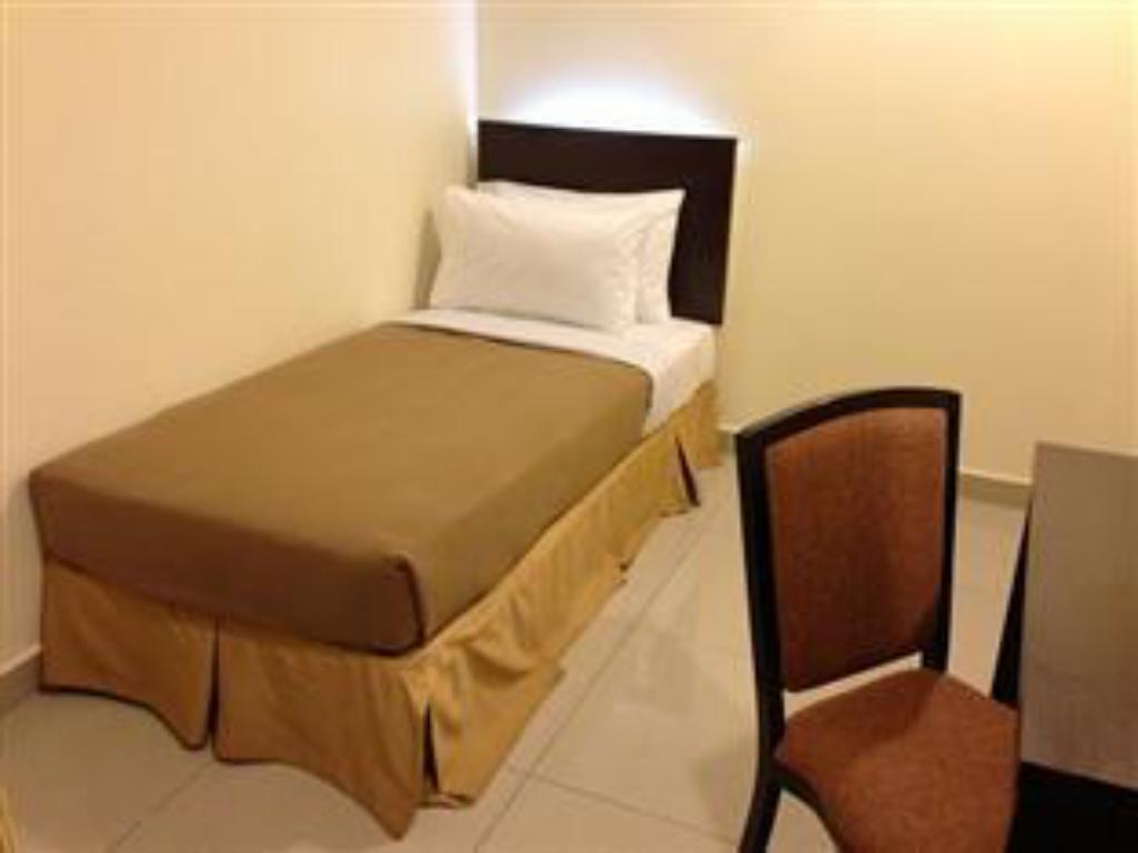 Standard Single Room - Guestroom OYO 653 Green World Hotel