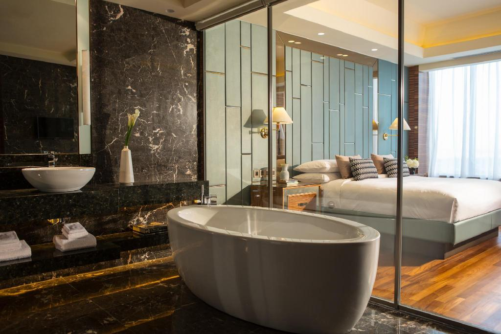 Presidential Suite, Club lounge access, 1 King, Balcony - Bathroom
