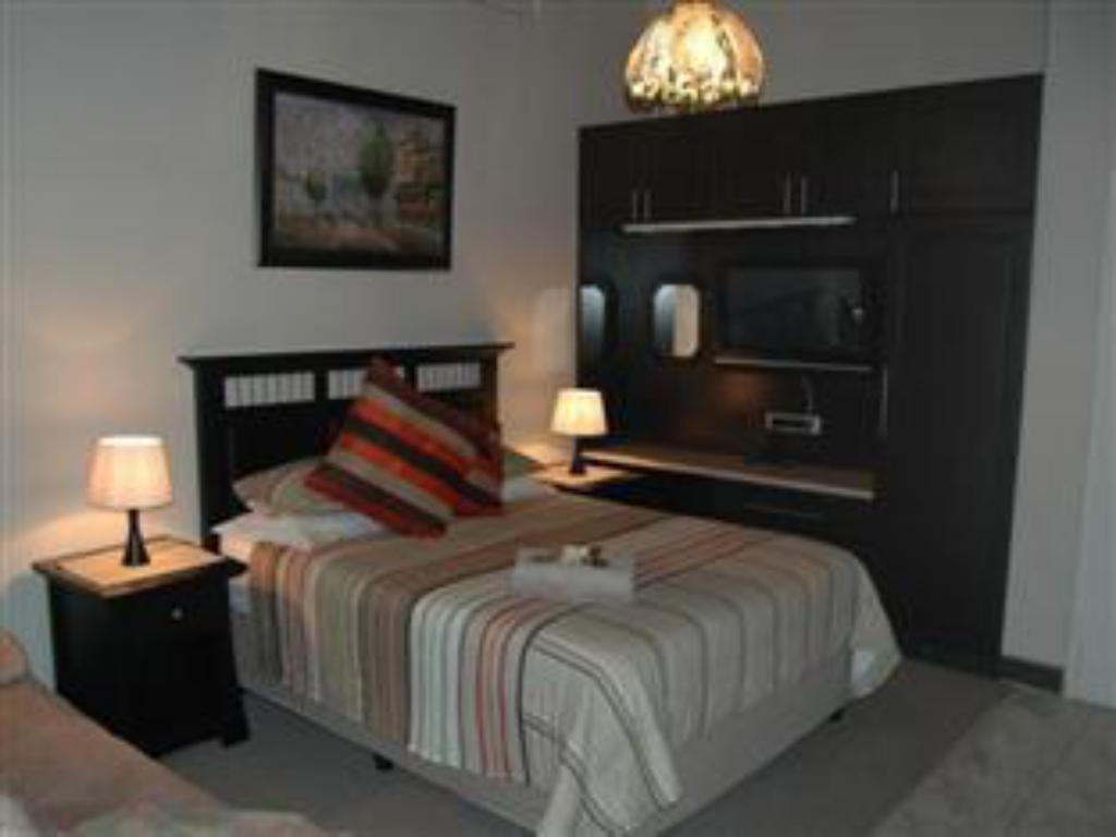 1 Bed Queen Suite with Sofa Bed - Guestroom Bon a Vie Bed and Breakfast and Self Catering