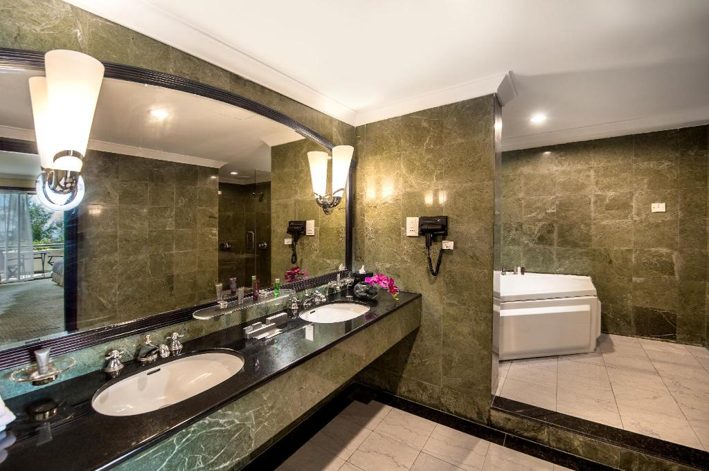Royal Ocean Suite, 1 Bedroom Presidential Suite, 1 King - Bathroom Miri Marriott Resort & Spa