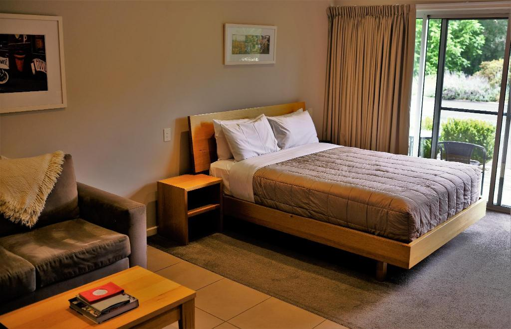 Luxury Studio Apartment - Bed A Must at Coonawarra Apartment