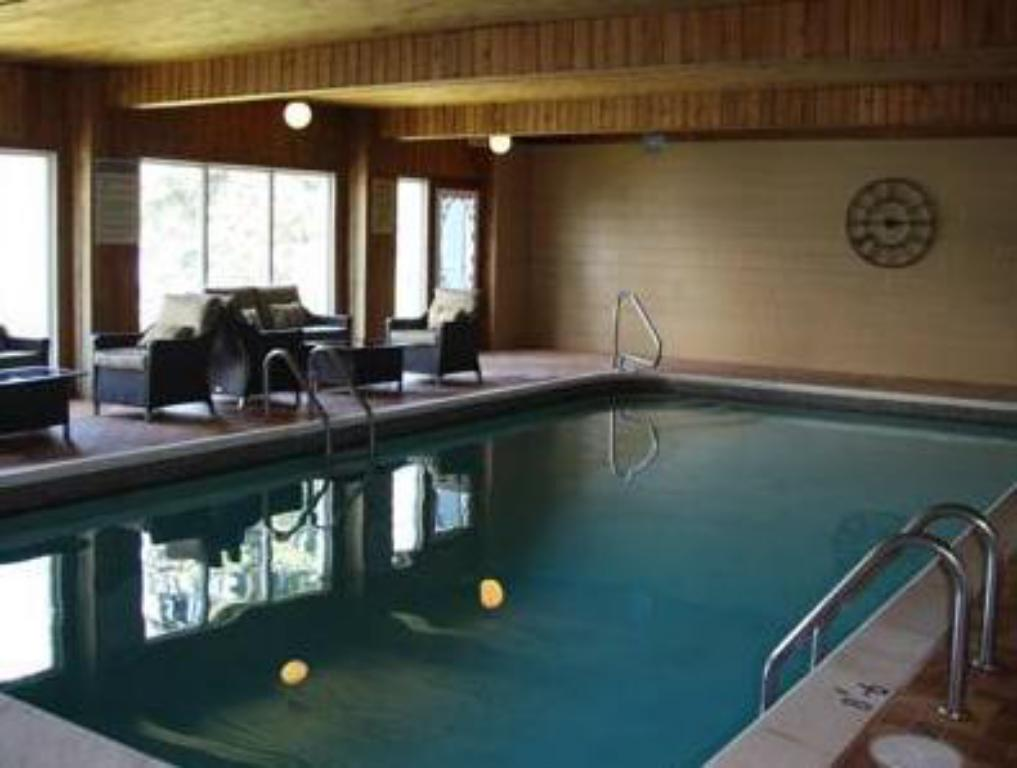 Swimming pool Pow Wow Point Lodge