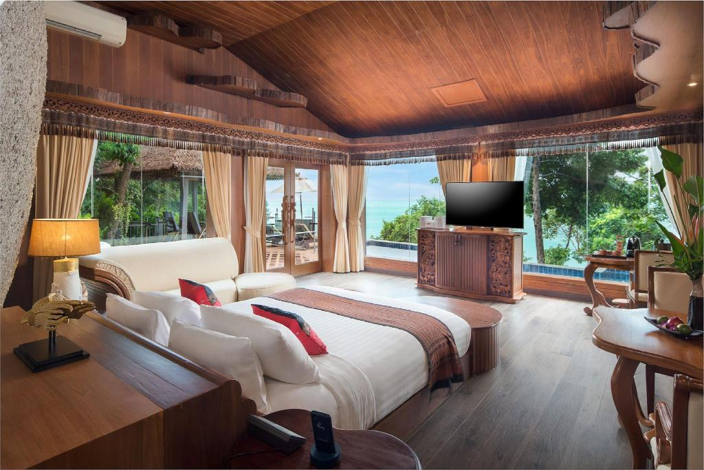Executive Pool Suite - Bedroom