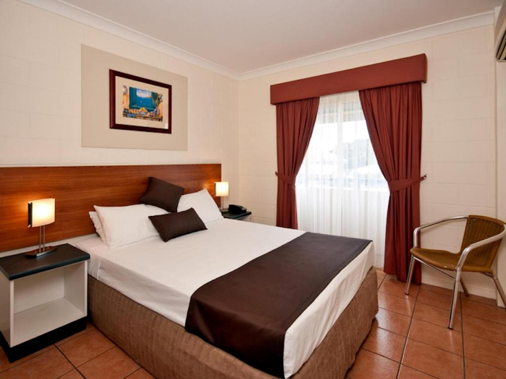 Budget Double Room with Shared Bathroom - Bed Cairns Queens Court Resort