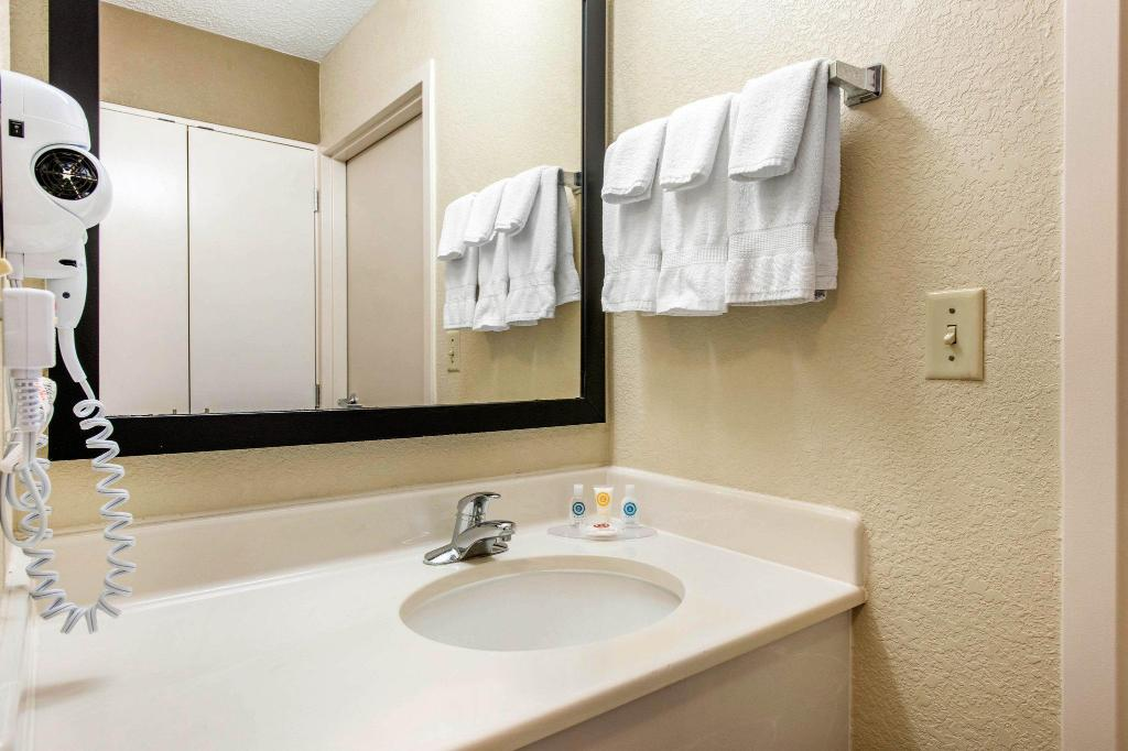 Bathroom Comfort Inn and Suites Convention Center