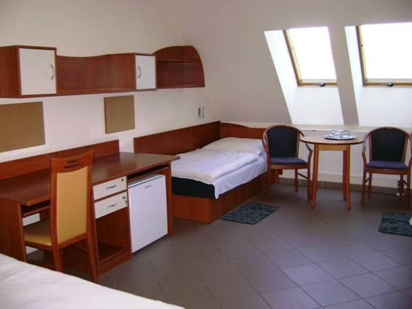 Kolmene tuba vannitoaga (Triple Room With Bathroom)