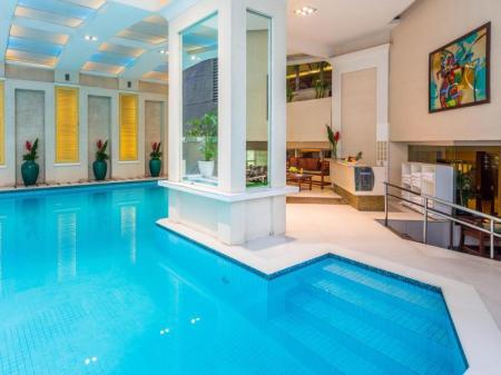 Swimming pool Discovery Suites Hotel
