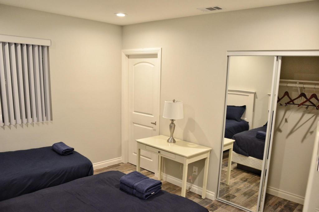 Twin Room with Private Bathroom - Bedroom Los Angeles RoomRentals near USC