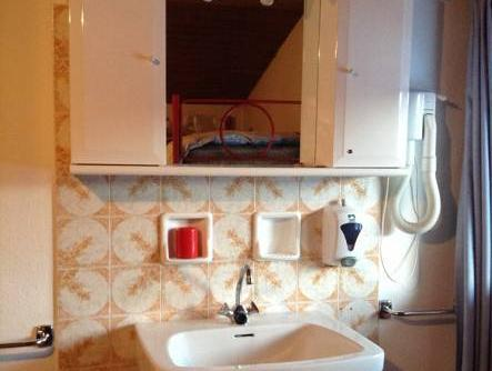 Cameră triplă cu baie comună (Triple Room with Shared Bathroom)